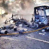 Un bombero en las labores de extinción del camión de butano incendidado en Aspe