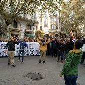 El abogado defensor de Cursach en frente de la manifestación a favor de su liberación