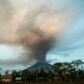 El volcán Agung expulsando lava y ceniza a punto de erupcionar