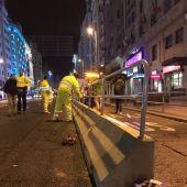 Imagen de las primeras barreras instaladas en la Gran Vía de Madrid