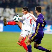 Ben Yedder del Sevilla disputa el balón con Mitja Viler