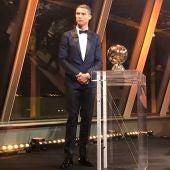 Cristiano Ronaldo, junto a su quinto Balón de Oro