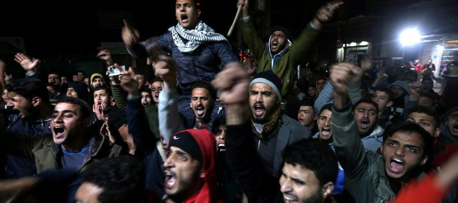 Cientos de palestinos protestan tras la decisión de Trump