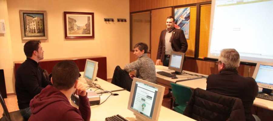 El regidor d´Economía Xavi Ochando ha visitat l´aula de formació de Vilatenda per als nous comerços.