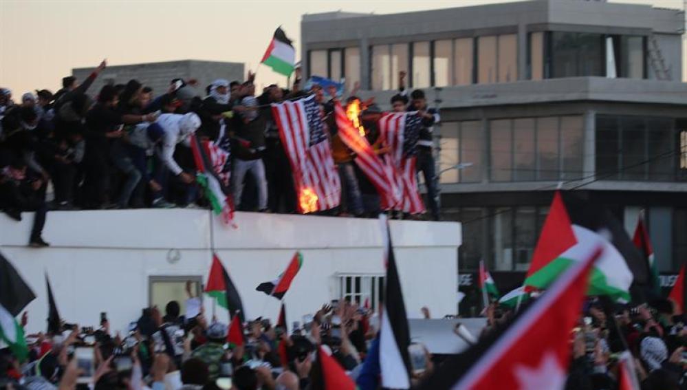 Una multitud protesta en Amán, Jordania