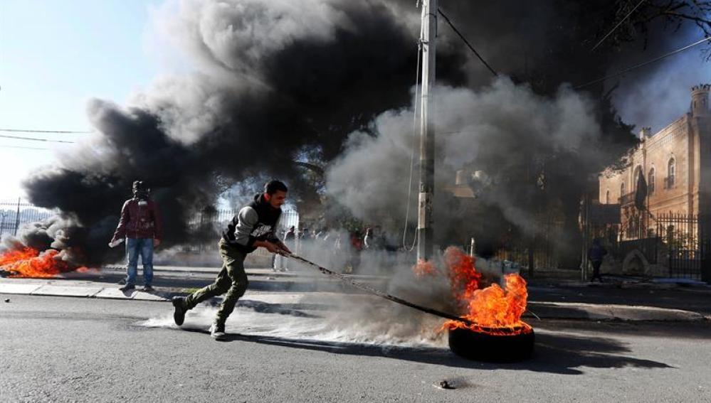 Palestinos se enfrentan a tropas israelíes durante protestas en Belén