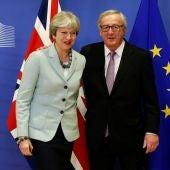 Theresa May y Jean-Claude Juncker, tras cerrar un acuerdo sobre las prioridades del 'brexit'