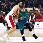 Doncic intenta avanzar ante la defensa de Papanikolau