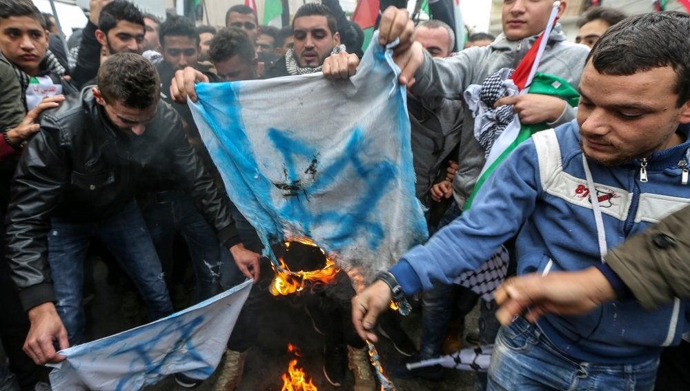 Manifestantes queman banderas de Israel frente a la embajada de EEUU en Beirut
