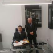 Rafael Catalá firmó el Libro de Honor del Colegio de Abogados de C.Real