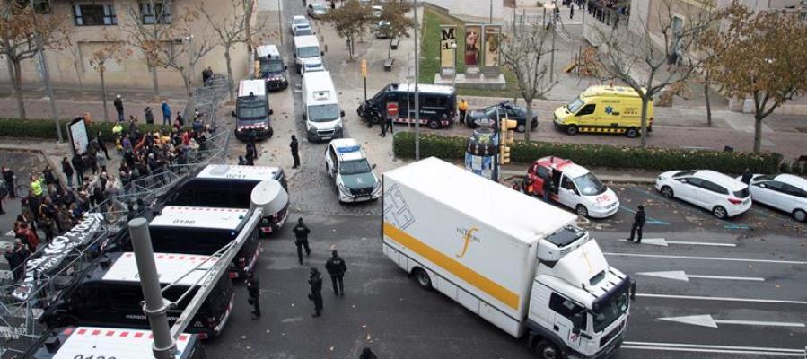 La Guardia Civil acompaña al camión que traslada los bienes de Sijena