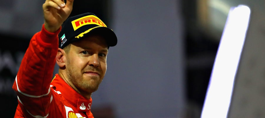 Sebastian Vettel saluda a los aficionados en Abu Dabi