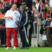 Van Gaal y Mourinho dialogan antes de un partido