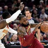 LeBron James intenta entrar a canasta ante la defensa de Schroder