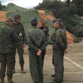 La ministra de Defensa visita la zona donde se están realizando maniobras militares en Cataluña