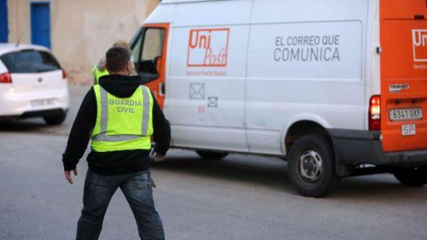 Imagen de archivo de un agente de la Guardia Civil ante una furgoneta de UniPost