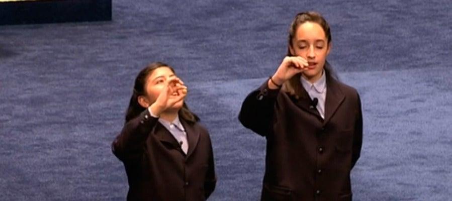 Niñas de San Ildefonso cantando el cuarto premio de la Lotería de Navidad