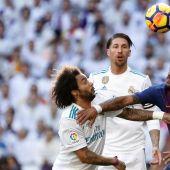 El lateral del Real Madrid, Marcelo lucha con Paulinho en el Clásico.
