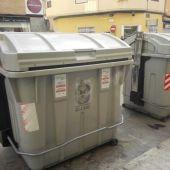 Contenedores de recogida de basura en una calle de Elche