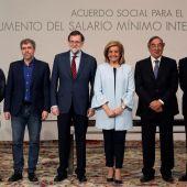 Mariano Rajoy y Fátima Báñez con los líderes sindicales, Pepe Álvarez y Unai Sordo, y los empresariales, Juan Rosell y Antonio Garamendi.
