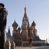 Un policía en la Plaza Roja de Moscú