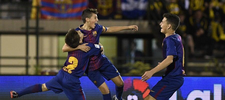 Los jugadores del Barcelona celebran su victoria