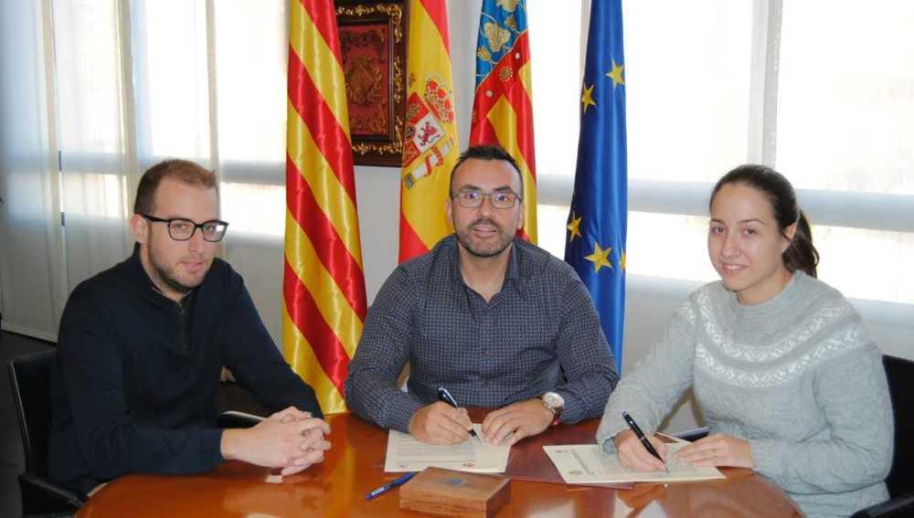 L´alcalde Jose Benlloch junt amb representants de la Lira durant la signatura del conveni.