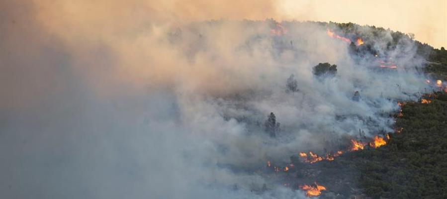 Vista general del incendio forestal en Culla