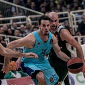 Thomas Heurtel trata de superar a la defensa del Panathinaikos