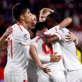 Los jugadores del Sevilla celebran un gol ante el Cádiz