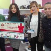 La ganadora del cheque de 1.700 euros de la campaña navideña