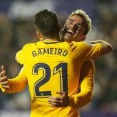 Gameiro celebra un gol con Griezmann