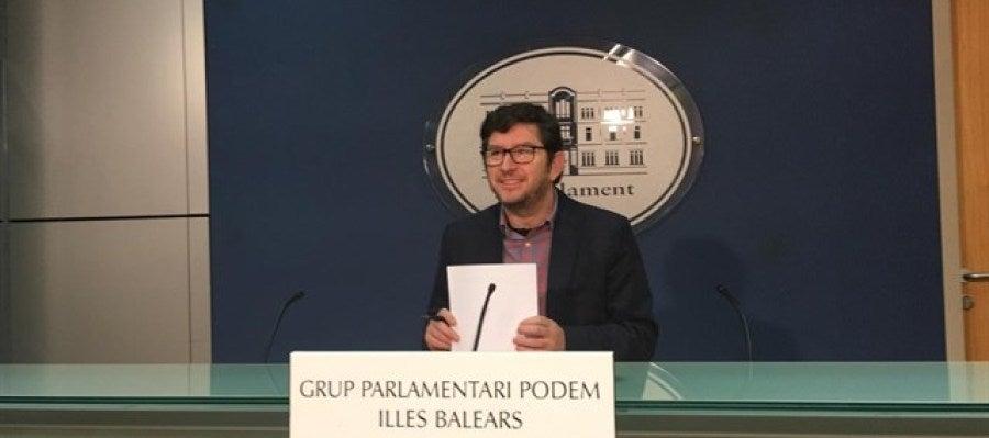 El portavoz parlamentario de Podemos, Alberto Jarabo, comparece ante los medios en el Parlamento