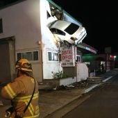 Un coche se empotra en la segunda planta de un edificio en California