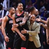 Ariza es agarrado por un miembro de los Rockets