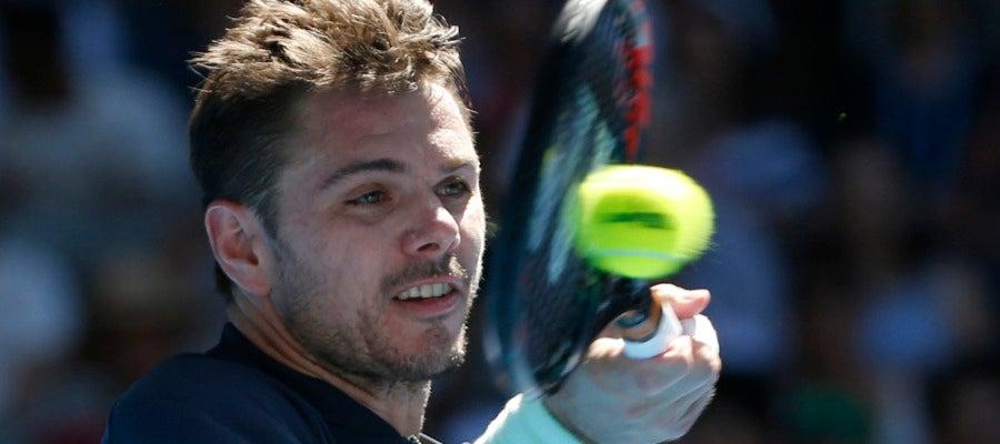 Wawrinka golpea la pelota durante el Open de Australia