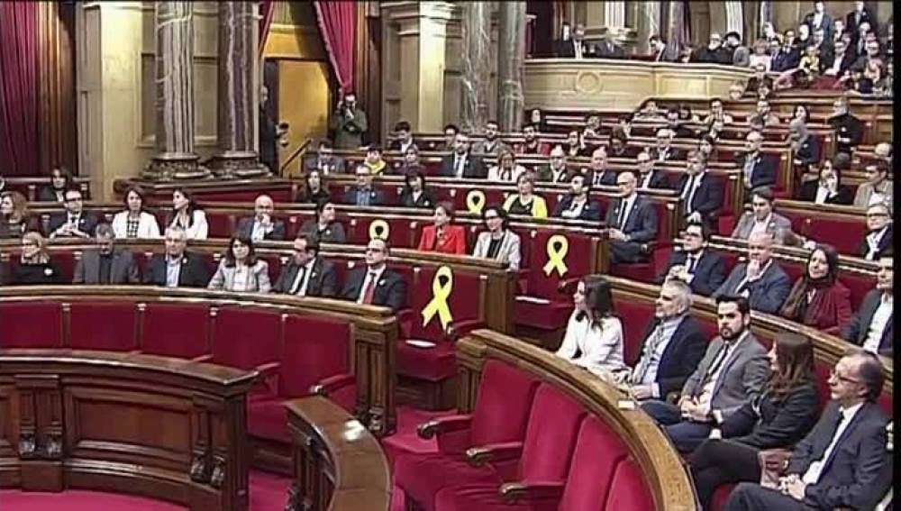 Colocan lazos amarillos en los escaños de los diputados electos que están en prisión o en Bruselas