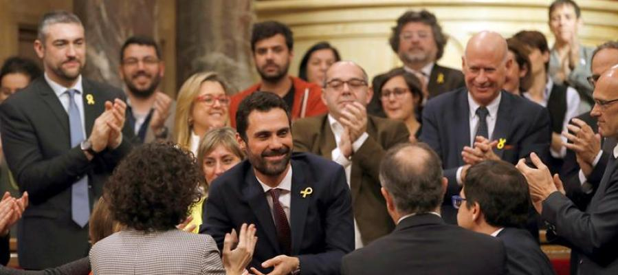 El nuevo presidente del Parlament, Roger Torrent, recibe la felicitación de sus compañeros