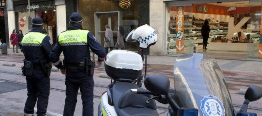 Dos agentes de la Policía Local en Vitoria