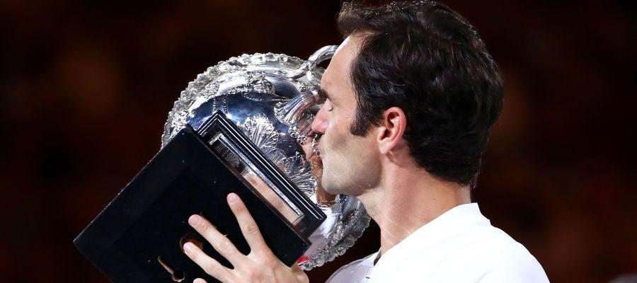 Roger Federer besa el trofeo del Open de Australia