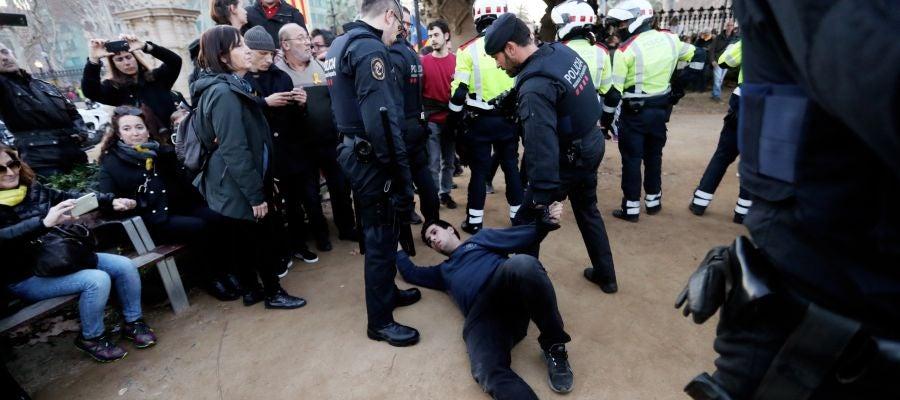 Tensión entre Mossos y manifestantes a las puertas del Parlament