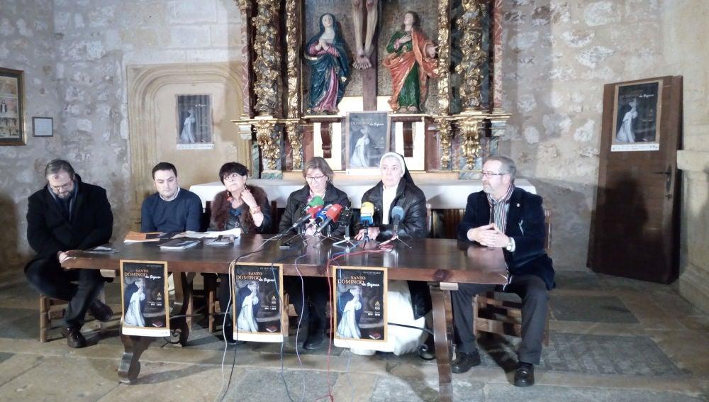 Mercedes Merino, monja dominica, Ester Bermejo, seglar dominica, junto con representantes de las instituciones y del obispado