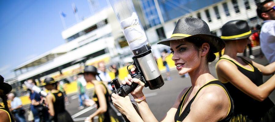Una azafata, durante el Gran Premio de Hungría