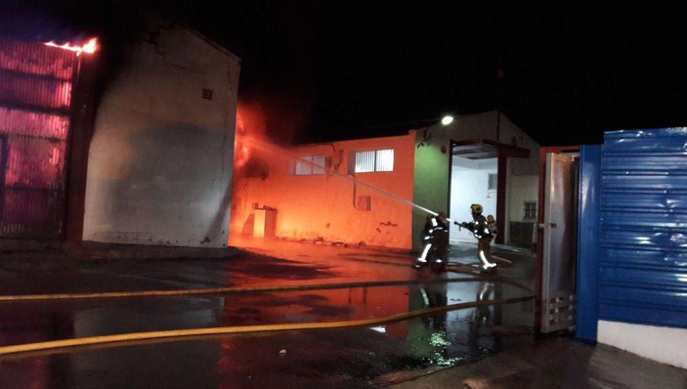 Bomberos trabajan en la extinción del incendio de la empresa de Crevillent
