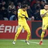 Neymar y Alves  celebrando un gol