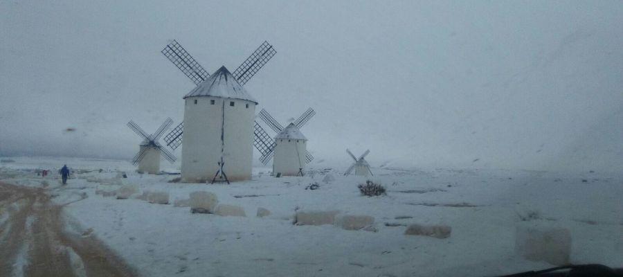 Molinos de viento cubiertos por la nieve