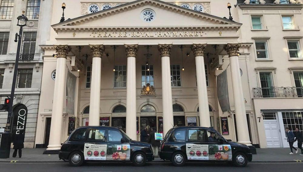 Taxis de Londres con publicidad de la granada mollar de Elche