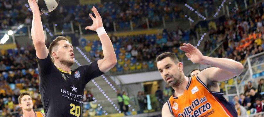 Mateusz Ponitka penetra a canasta ante Rafa Martínez