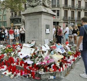 Memorial con flores al comienzo de las Ramblas de Barcelona tras los atentados