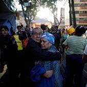 Dos personas se abrazan tras sentir el terremoto que ha sacudido México